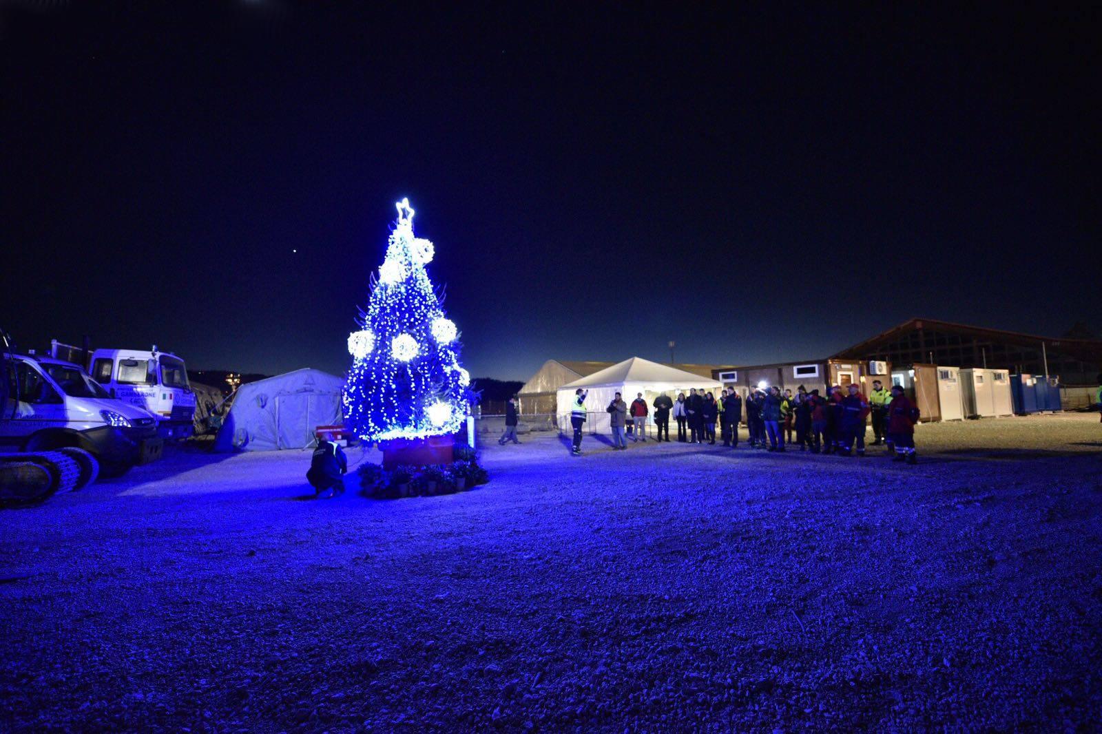 Sisma Centro Italia – Allestito l'albero di Natale ad Amatrice